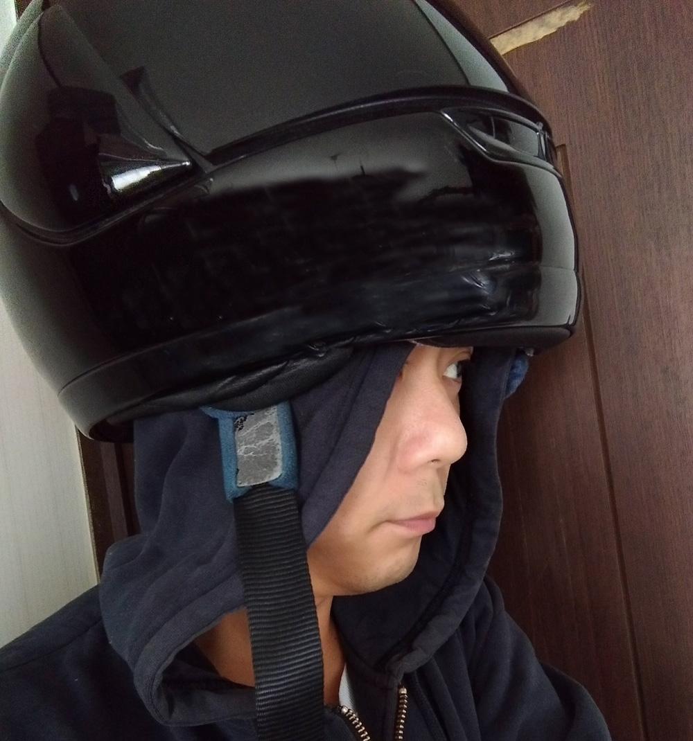 フードの上からヘルメットをかぶる