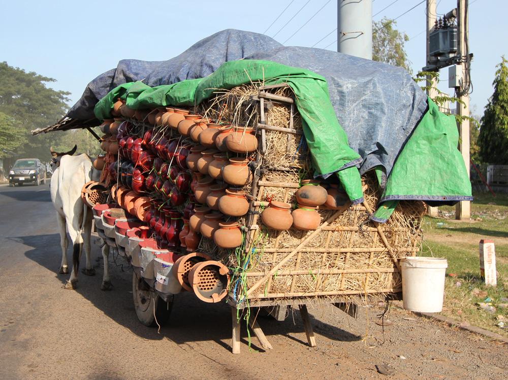 牛で陶器を全国へ運ぶ