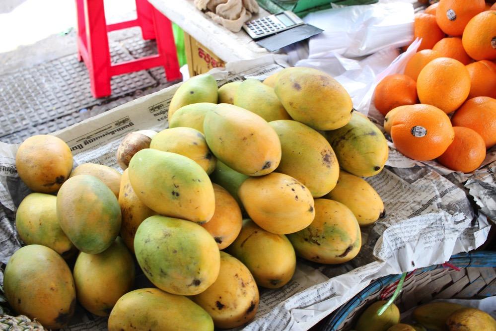 マンゴーなどの果物がならぶセントラルマーケット