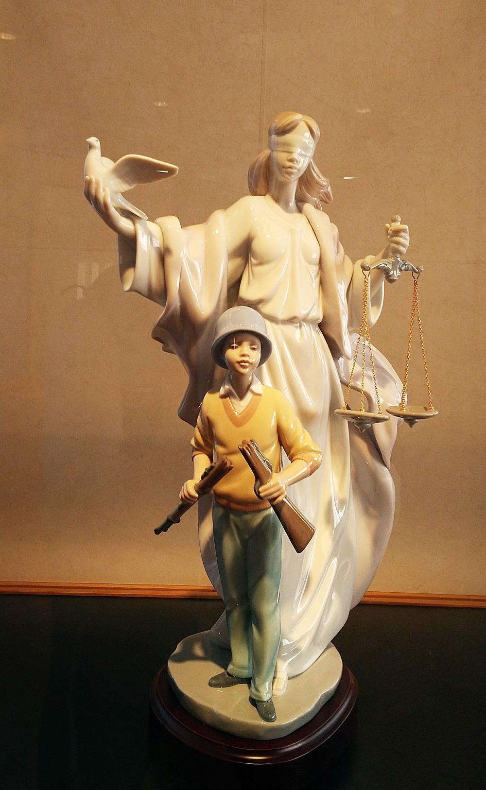 鳩を持つ女性の像