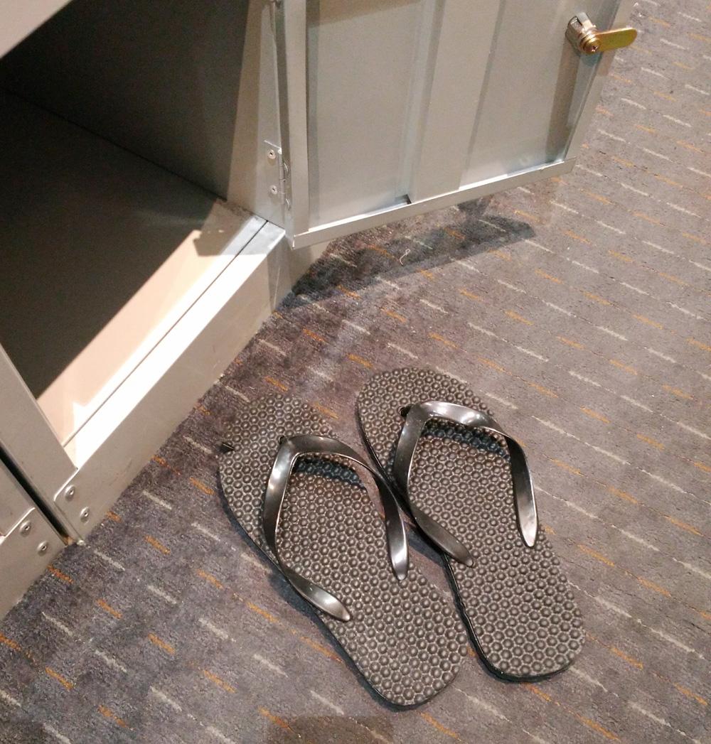 靴をサンダルに履き替え