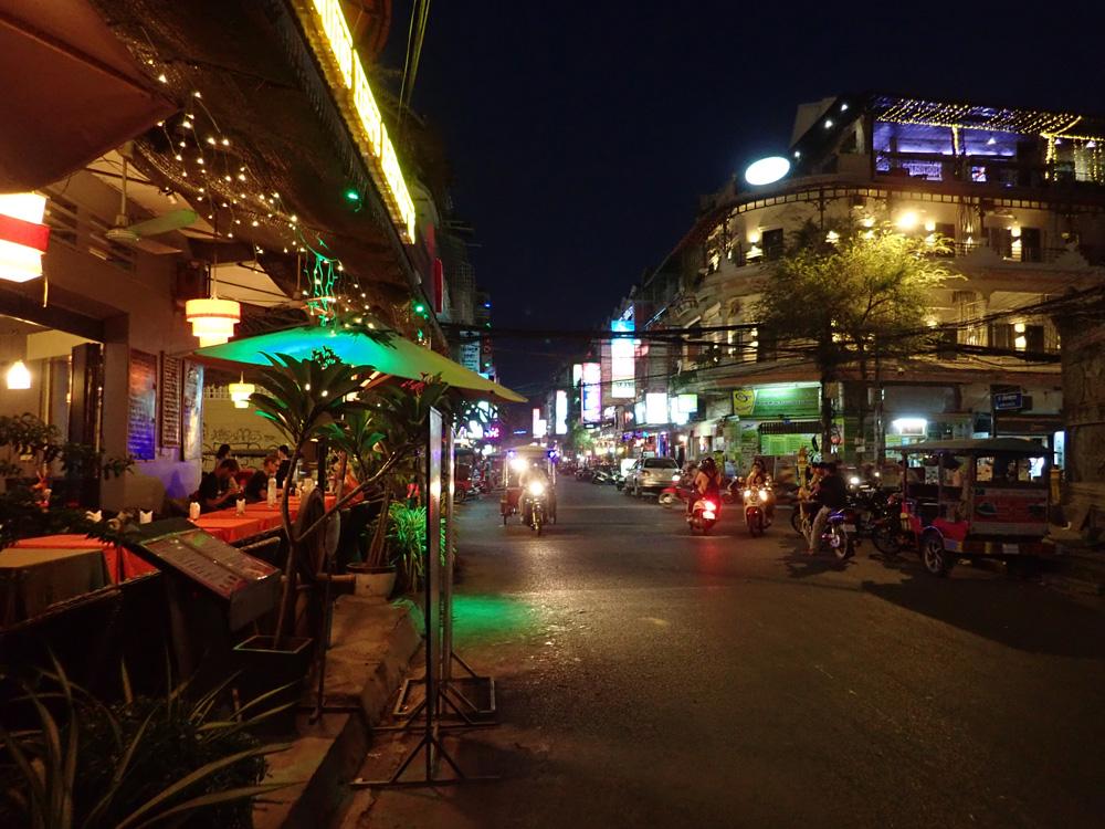 レストランやバーが並ぶエリア