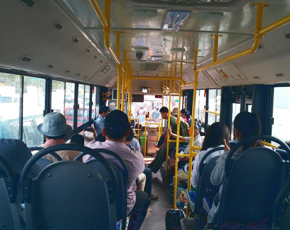 プノンペン市バスの中の様子