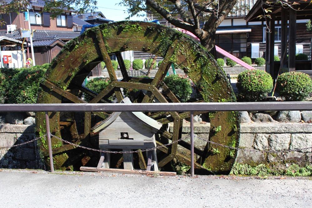 針江生水の郷のシンボル「水車」