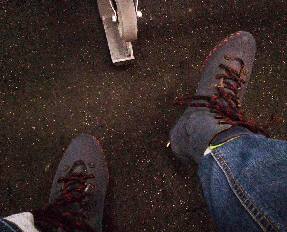 スケート靴を履く