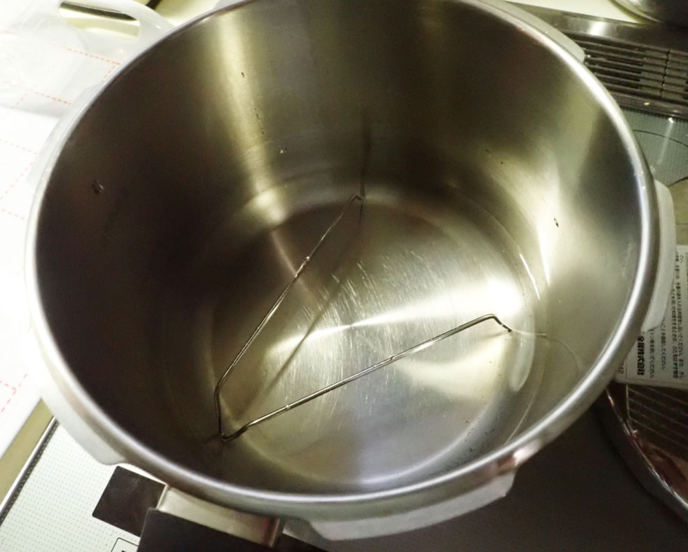 圧力鍋に水を張る