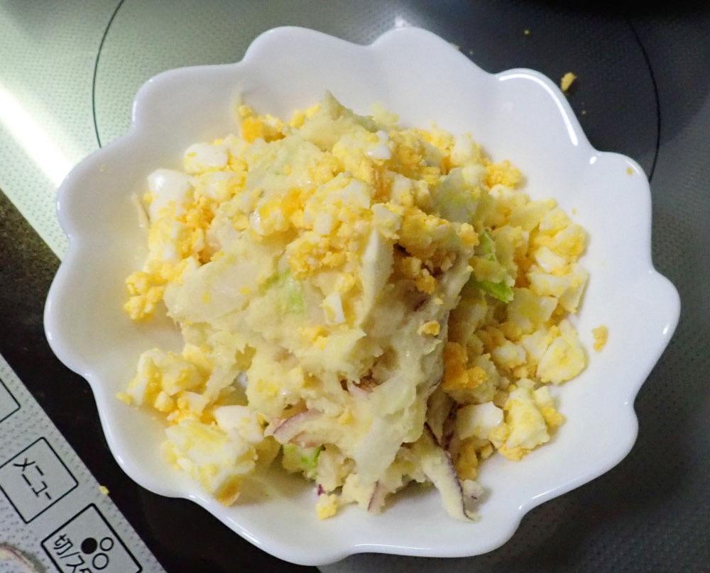 お皿に盛ったポテトサラダ