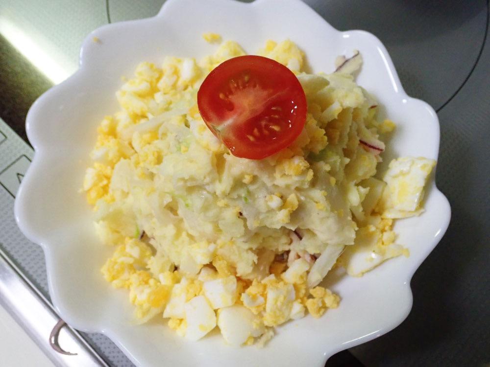 トマトをトッピングしたポテトサラダ