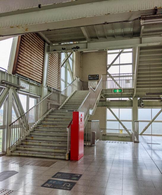 4階から5階への階段
