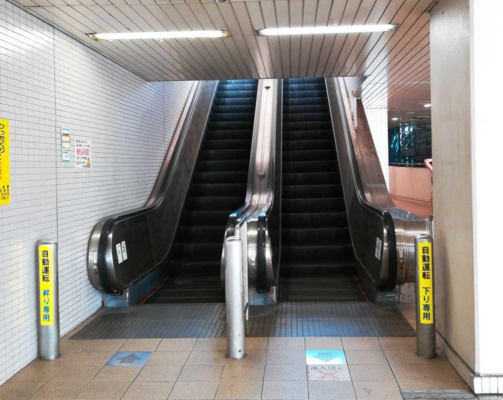 1つ上の階へ上がるエスカレーター