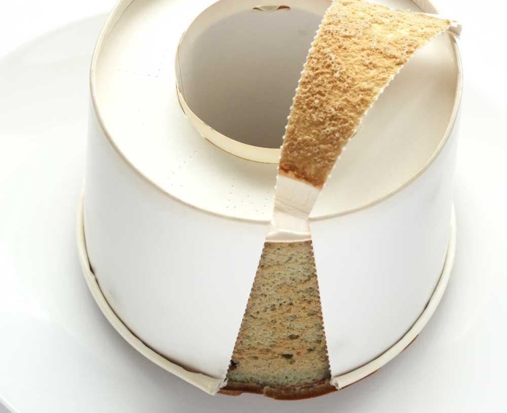 ためちゃんの純米シフォンケーキ チョコミントの側面に切れ目を入れたところ(正常の向き)