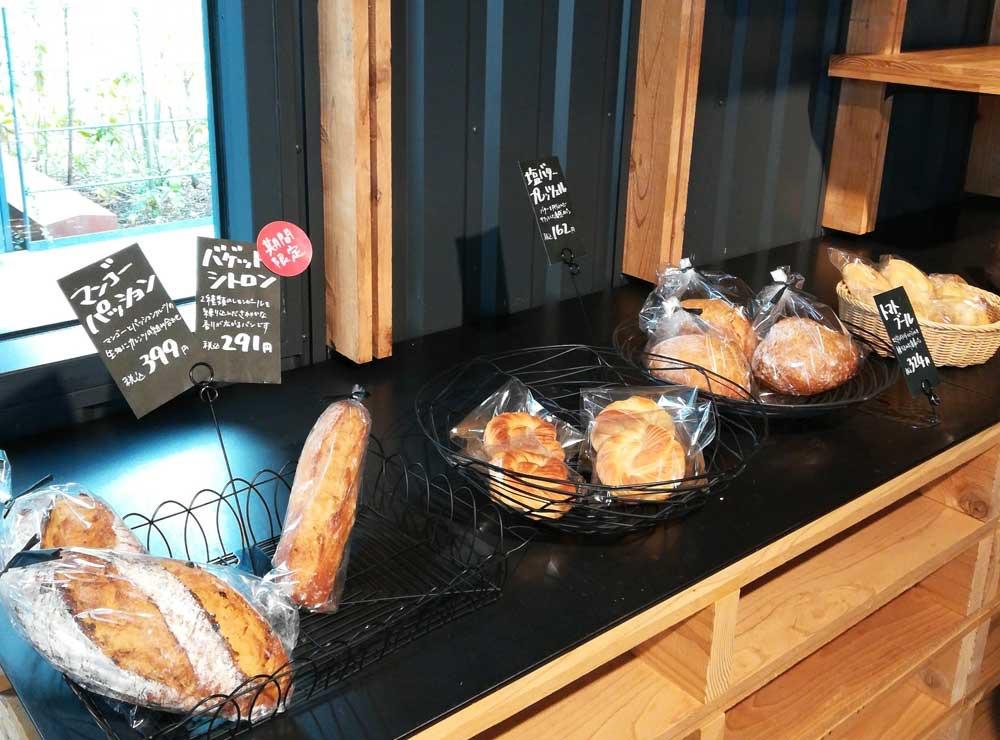 ラ コリーナのパンショップに並ぶパン