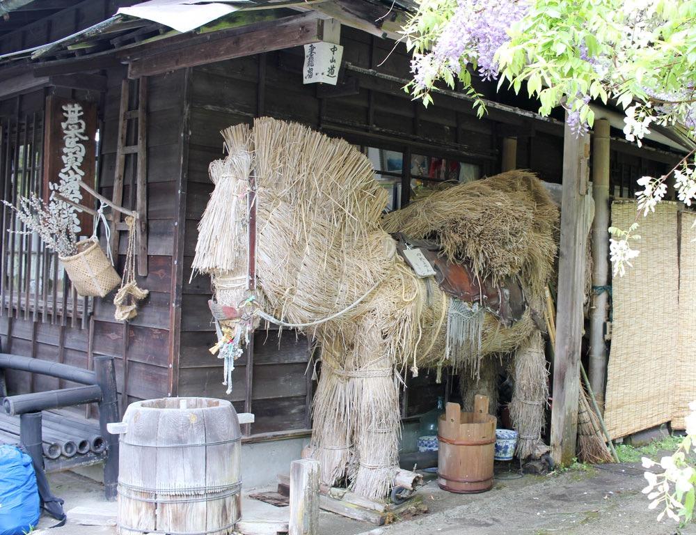 藁でできた馬