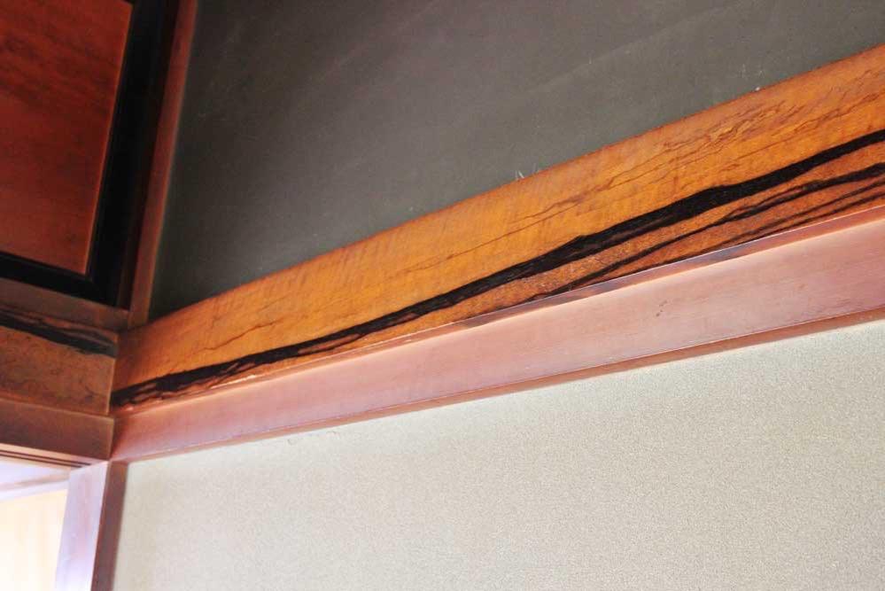 柿で作られた梁。黒い渋が出るのは珍しい