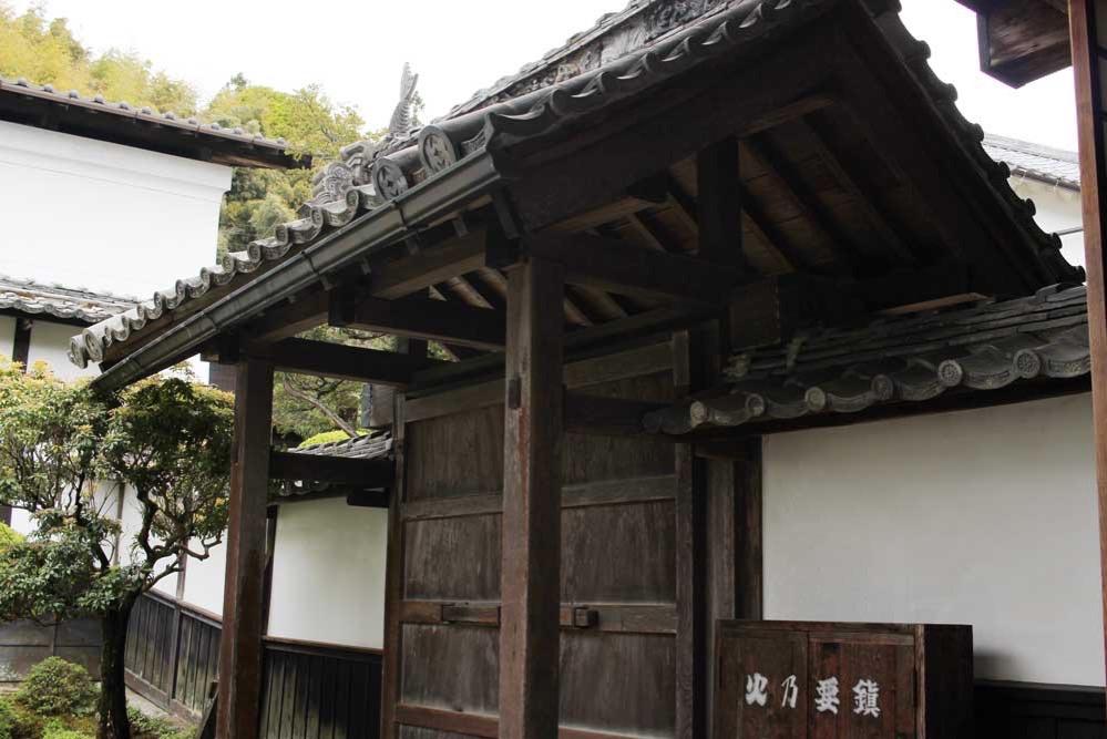 勝手口の瓦に使われている鯱矛