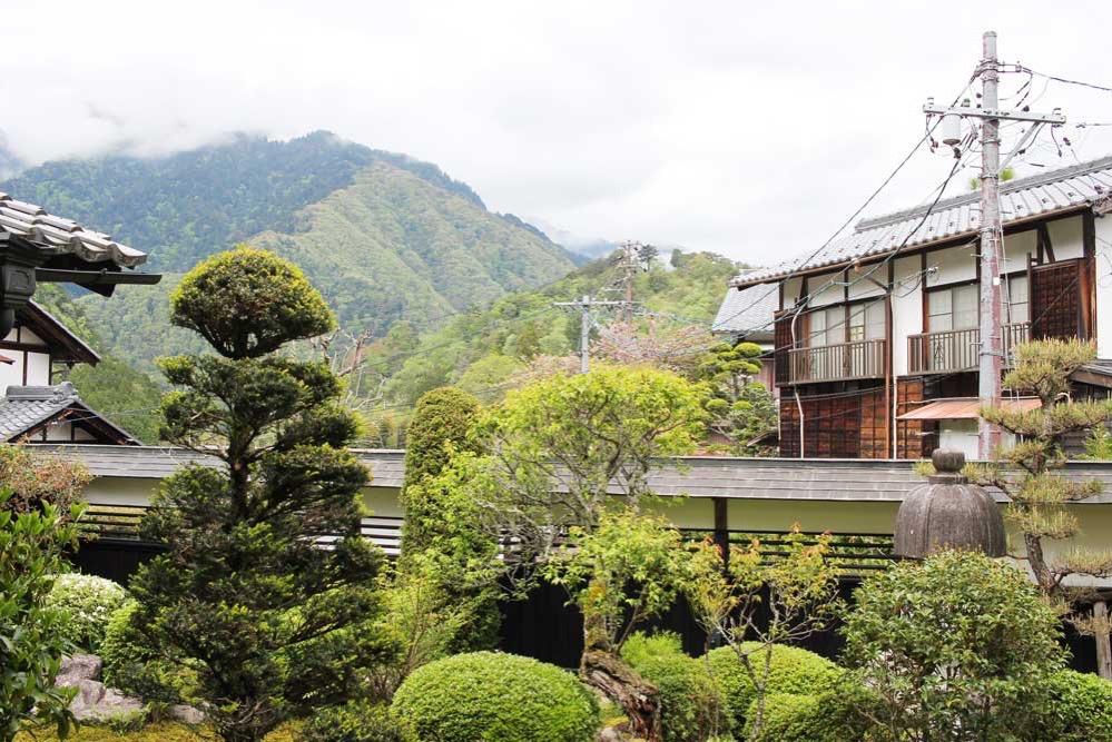 妻籠宿・脇本陣の庭から望む景色