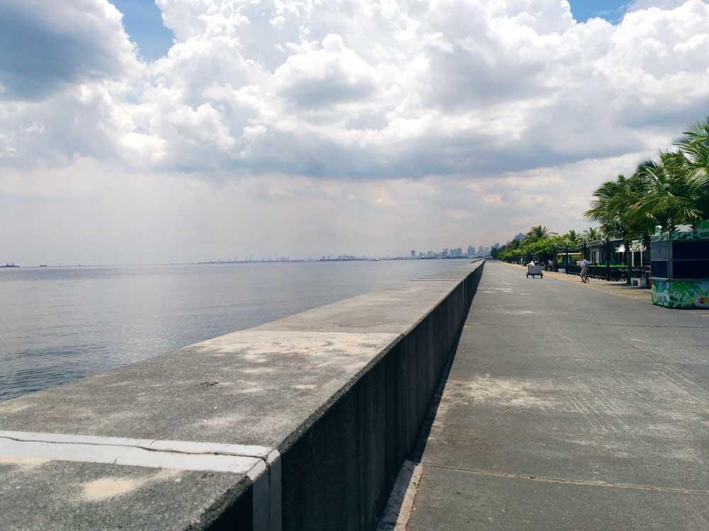 マニラ湾とマニラのビル群
