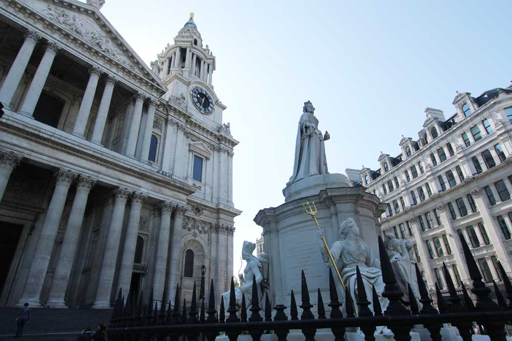 セントポール大聖堂の前に建つ像