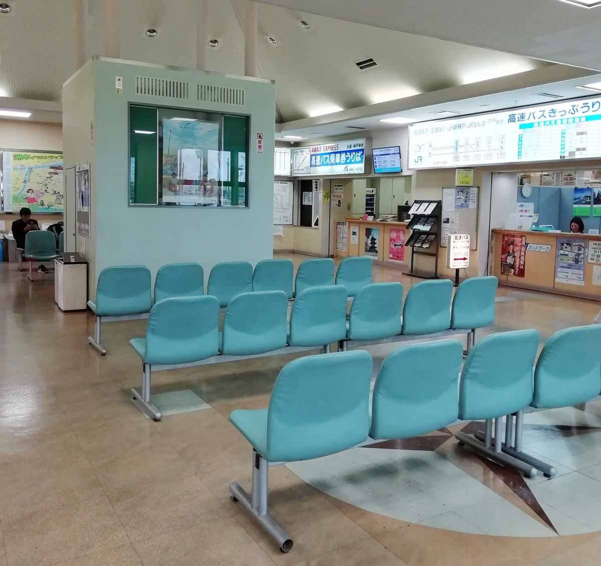 洲本高速バスセンターの待合室
