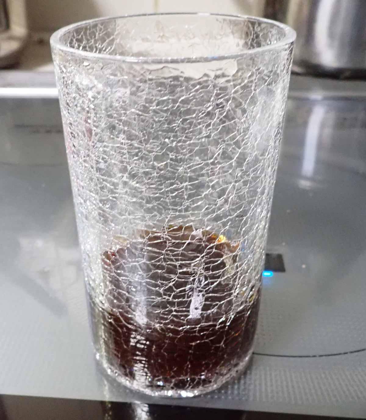 グラスにブラックティーの原液を注ぐ