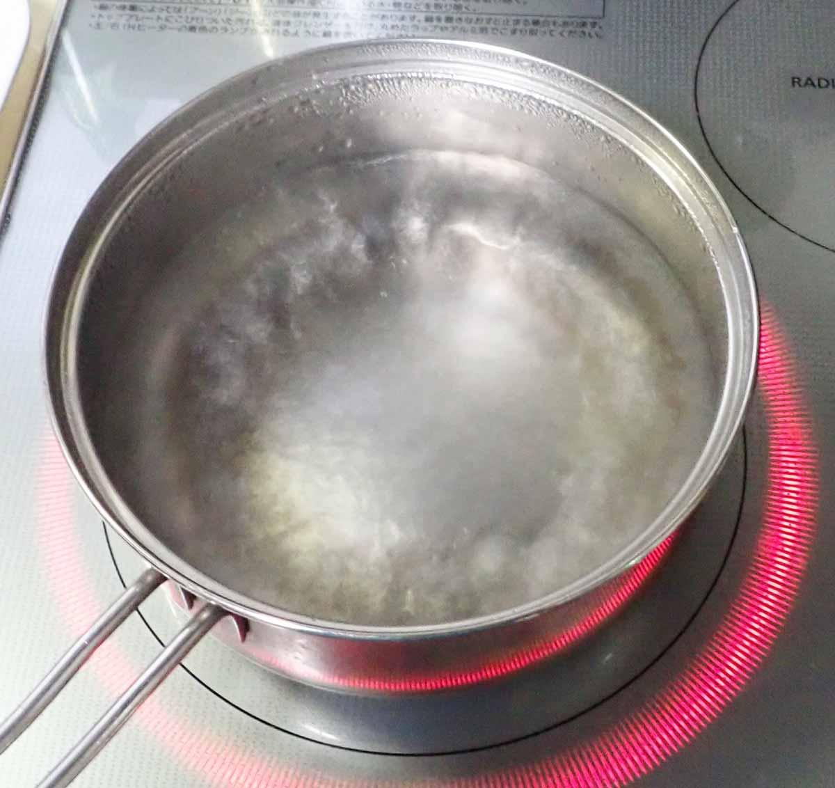 鍋に湯を沸かす