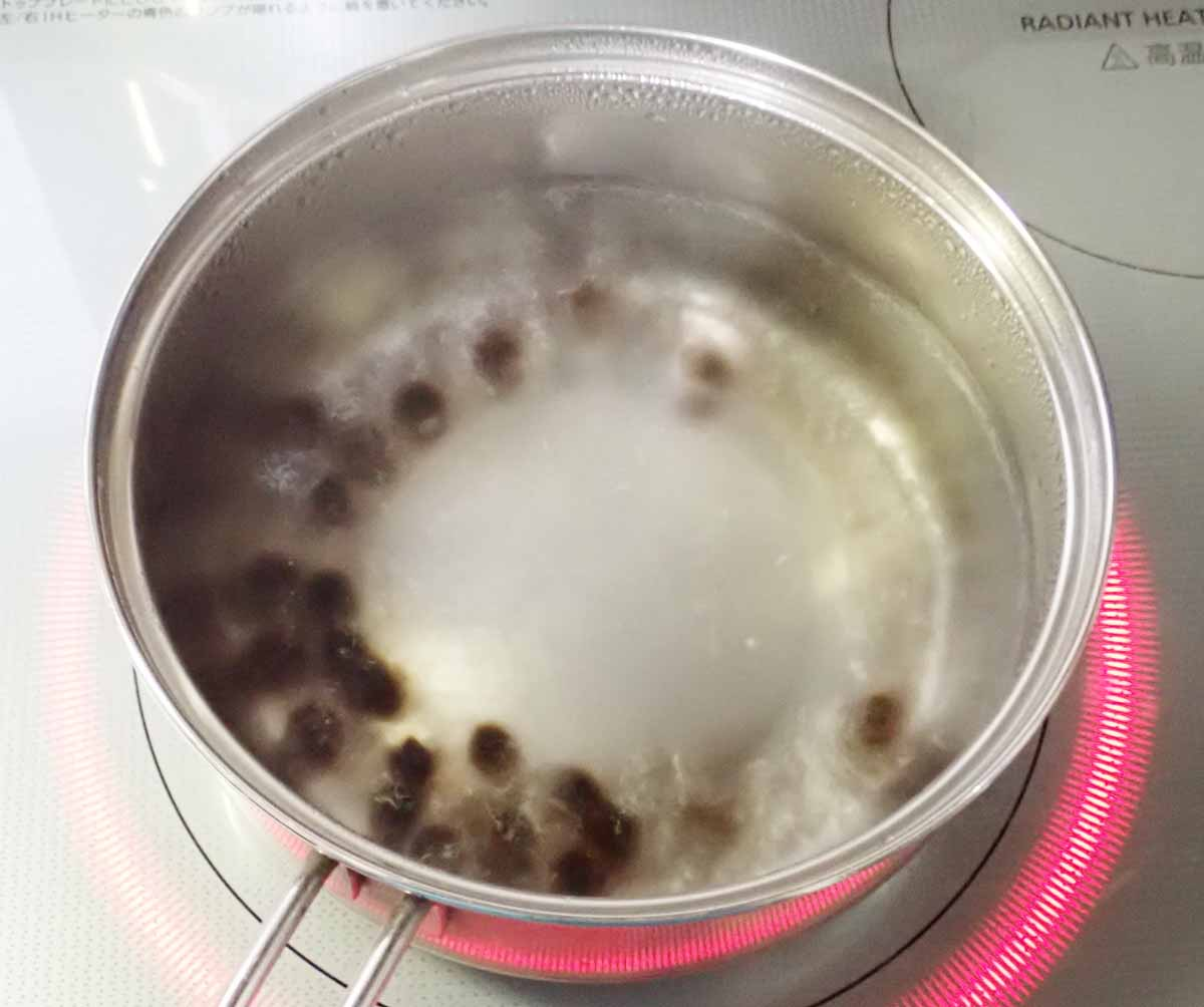 タピオカを熱湯の中へ入れる