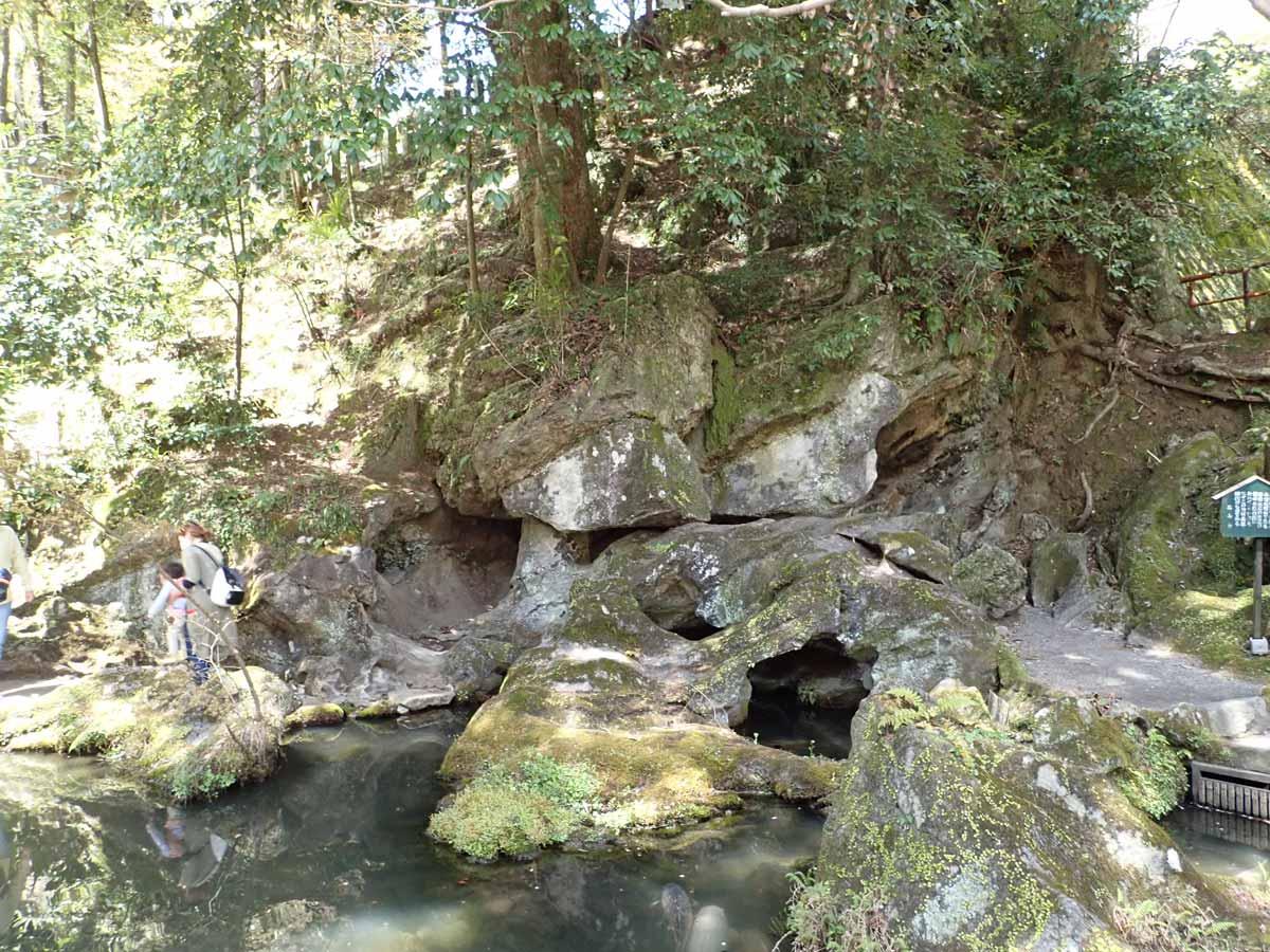くぐり岩と池