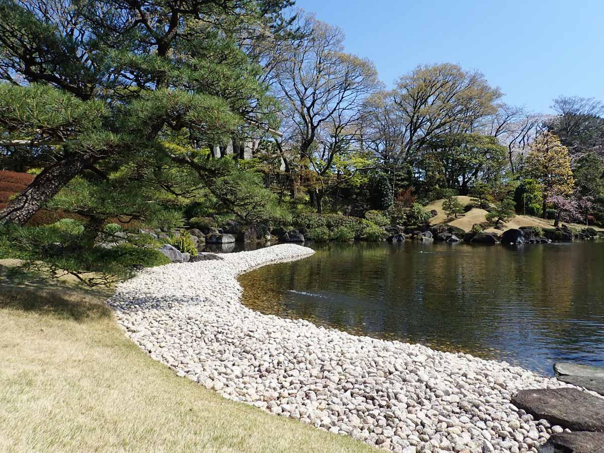白い石が敷き詰められた海の庭