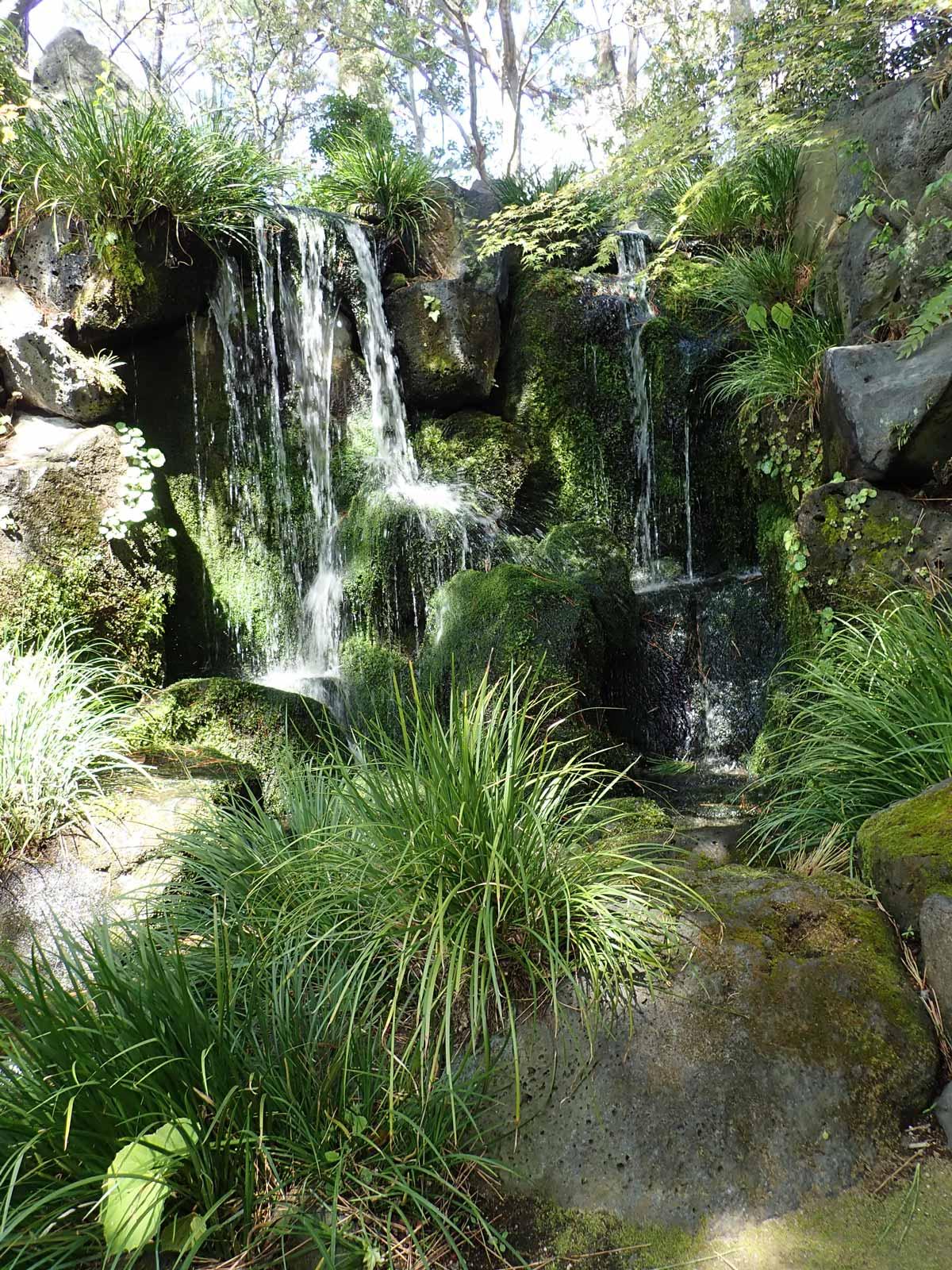 山の庭の一番奥には2本の滝がある
