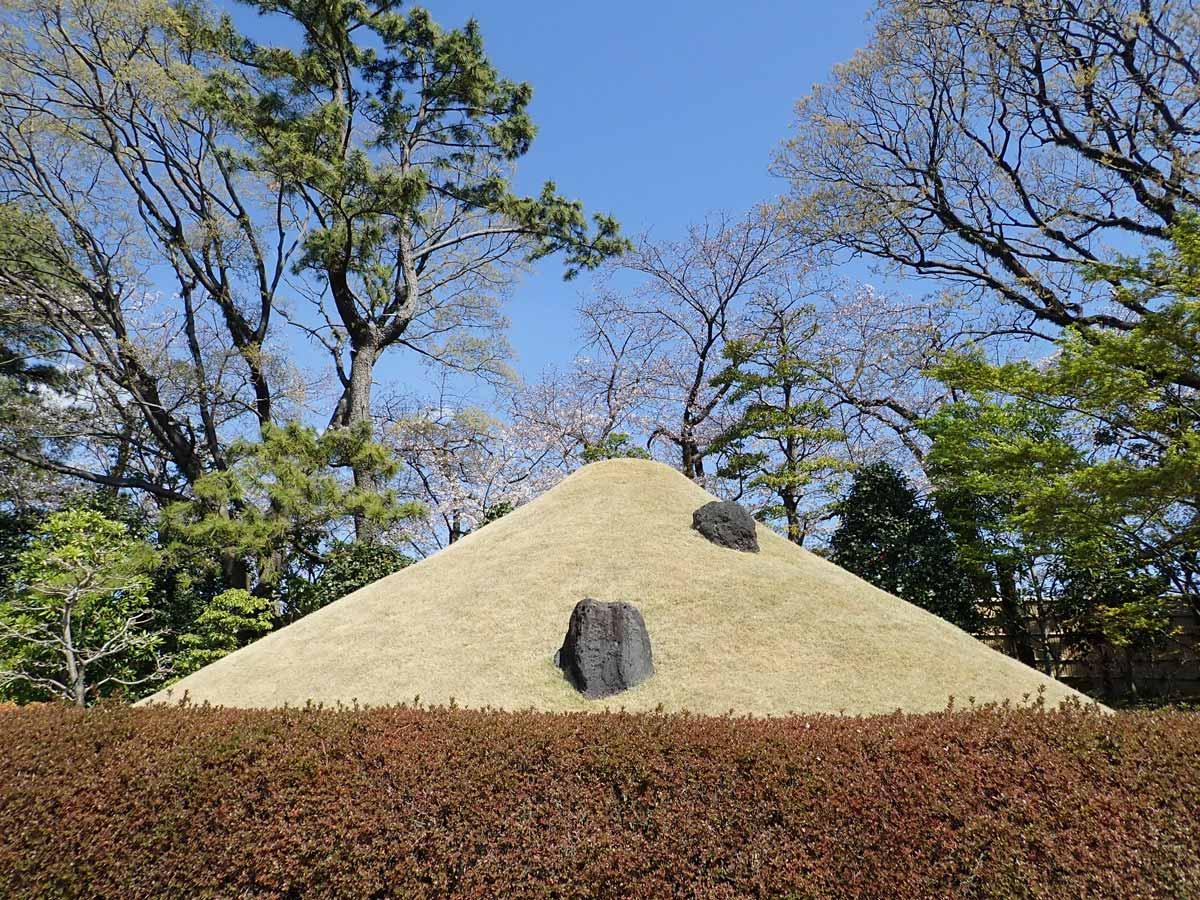 富士山をイメージした丸い丘