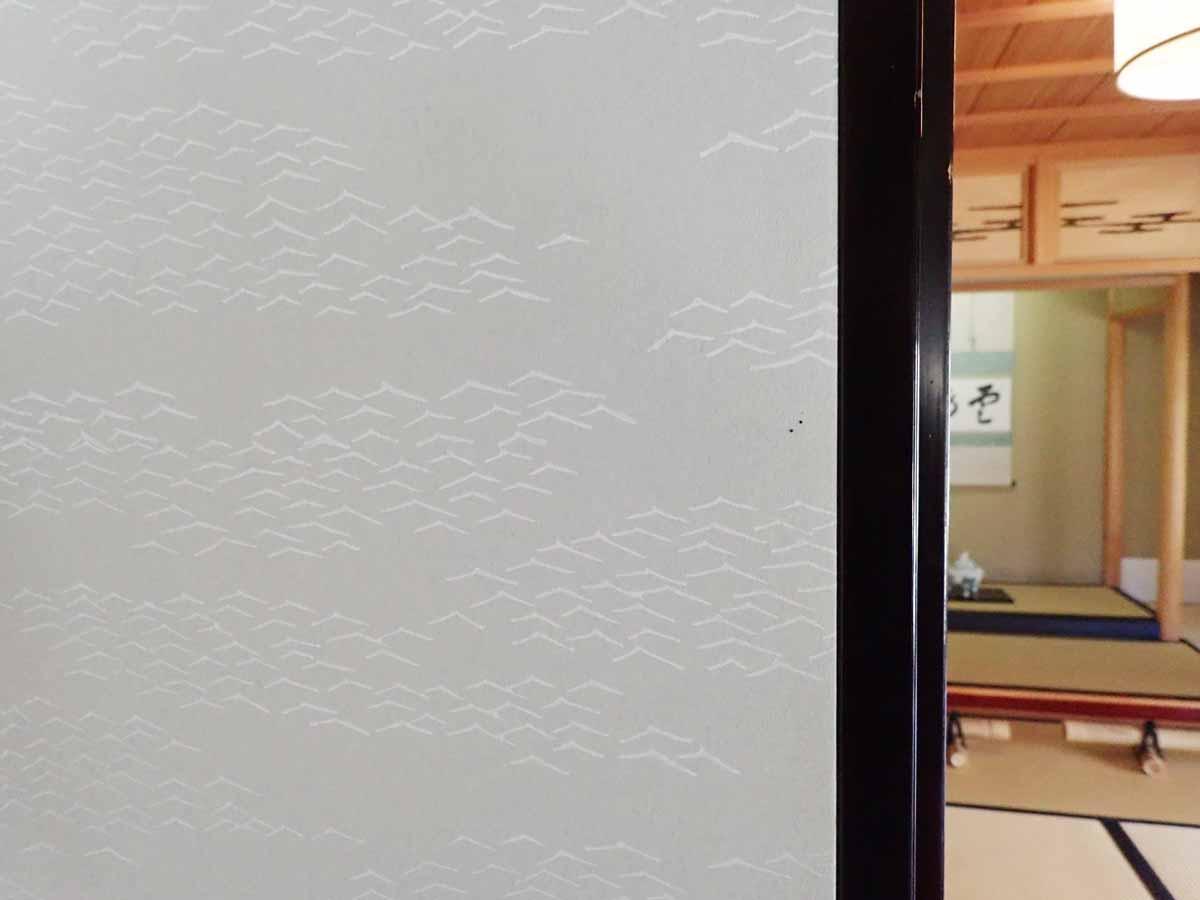 波の模様が描かれた襖