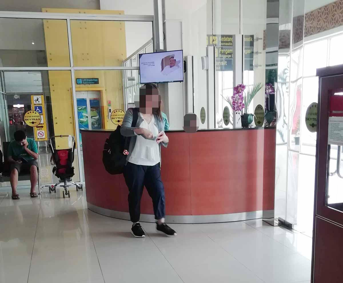 プカンバル空港の出発ロビーにあるカウンター