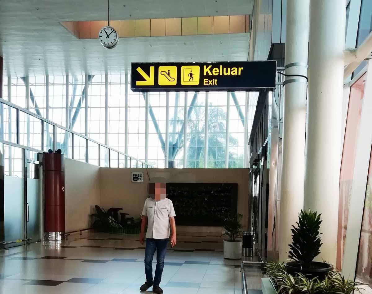 プカンバル空港の出口案内
