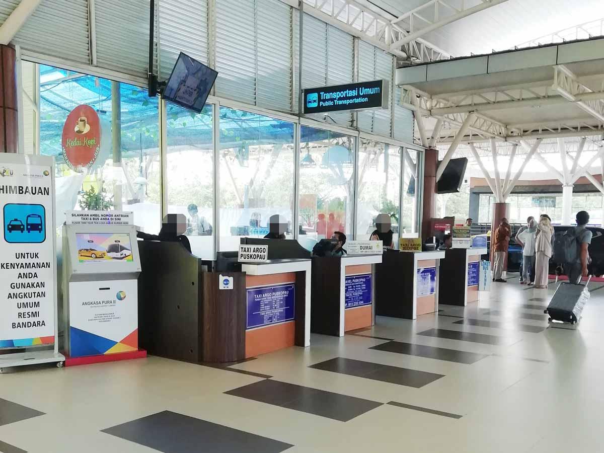 プカンバル空港のタクシーカウンター