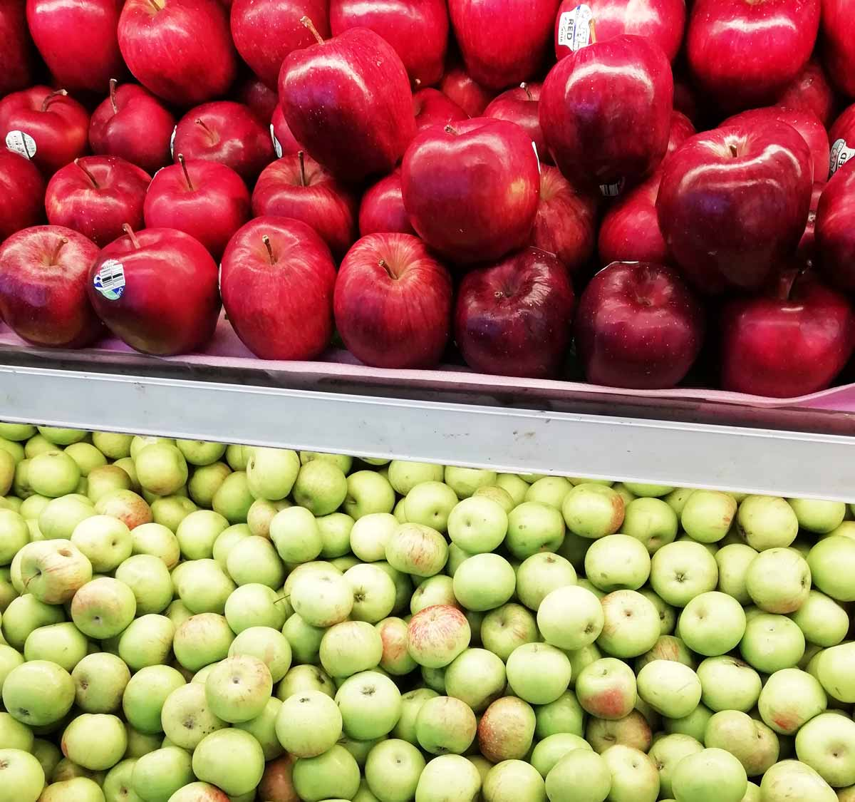 スーパーに並ぶ大量のりんご