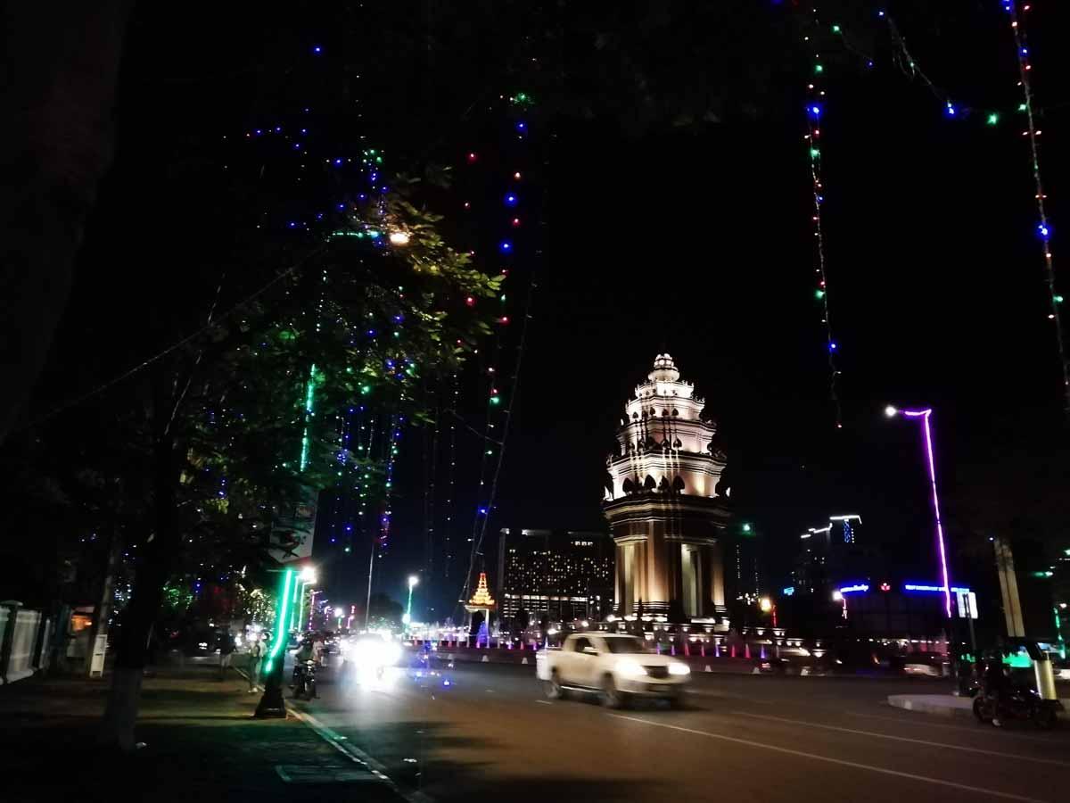 ライトアップされた独立記念塔