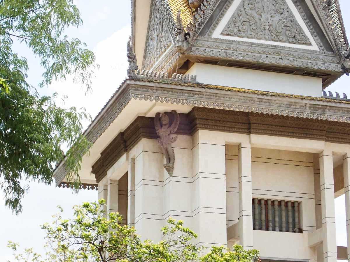 屋根を支えるガルーダ