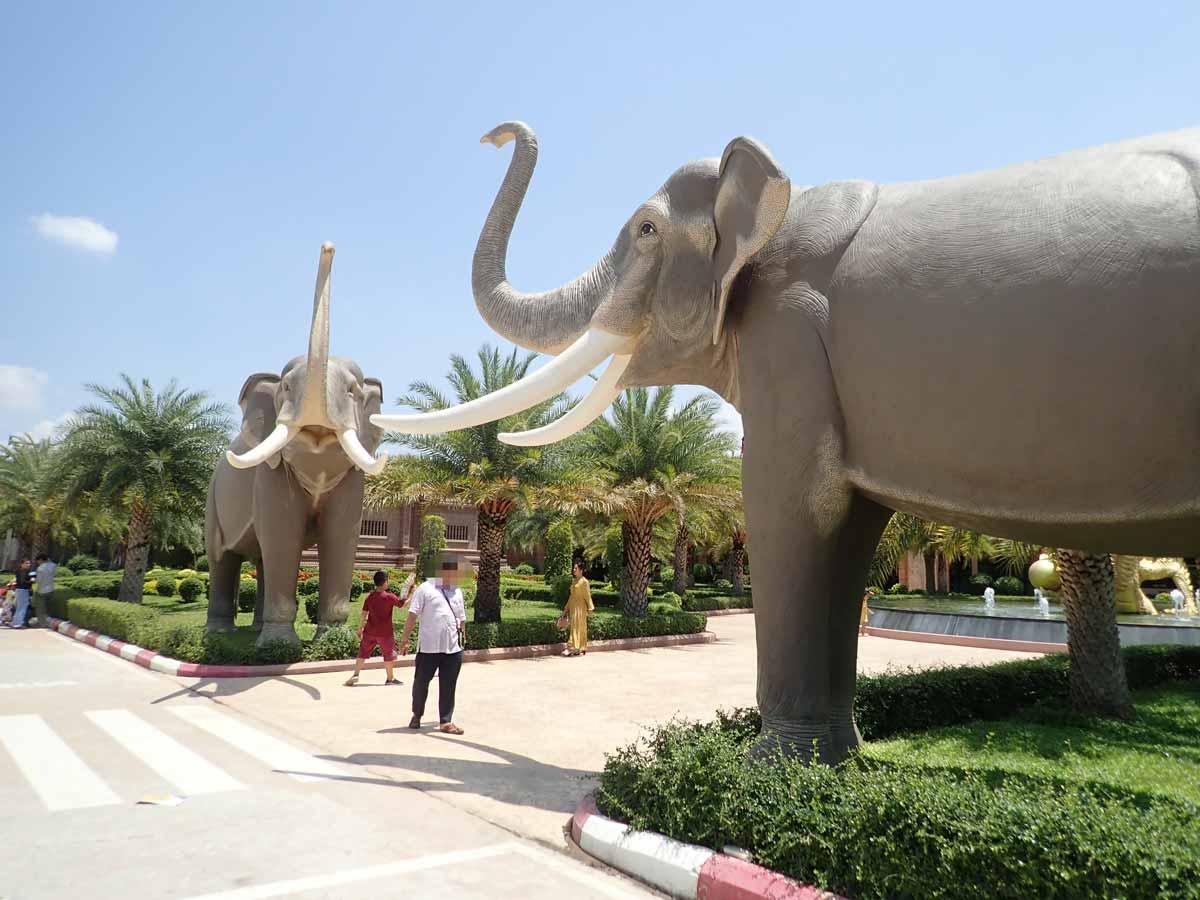 プノンペンサファリの入口にある象のオブジェ