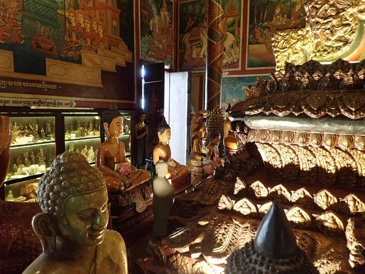 たくさんの仏像が置かれている