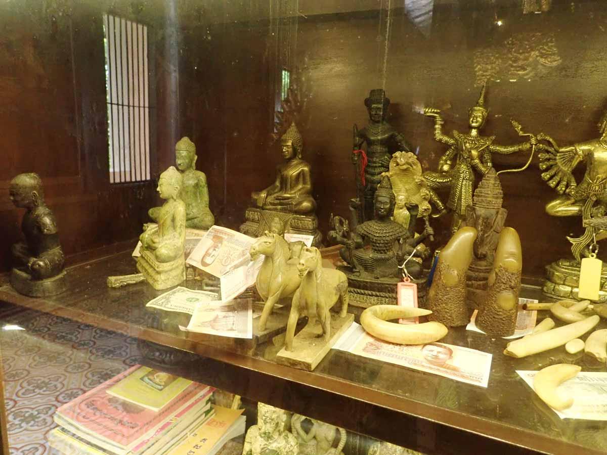 たくさんの仏像が展示されている