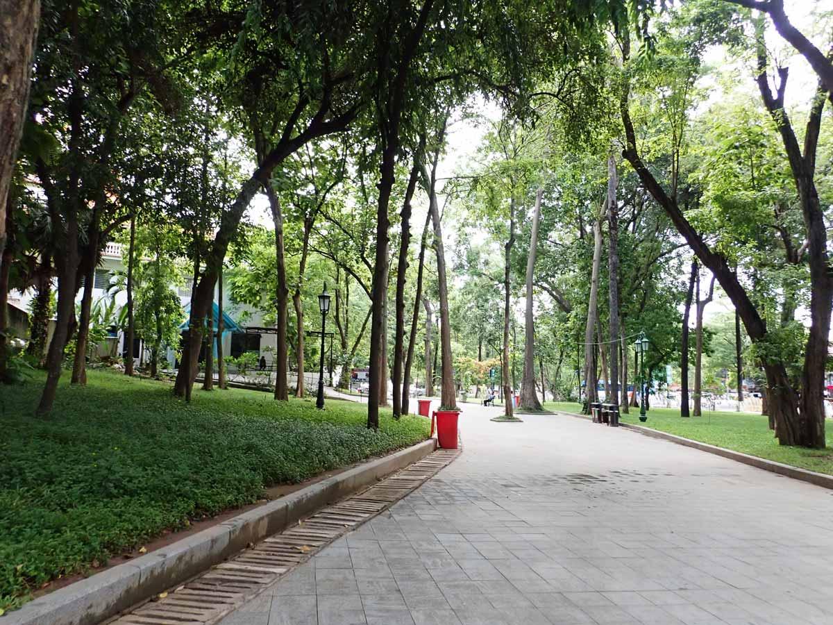 緑に囲まれた歩道