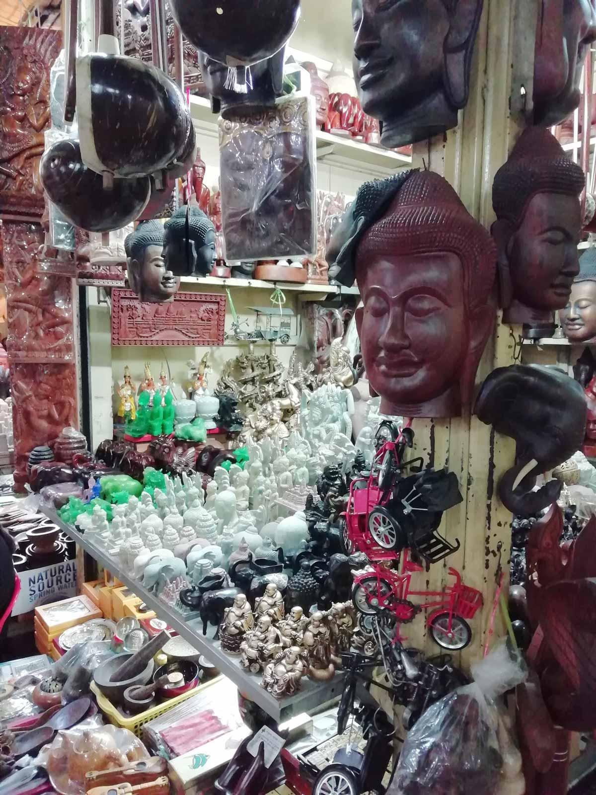 仏像などのお土産も充実