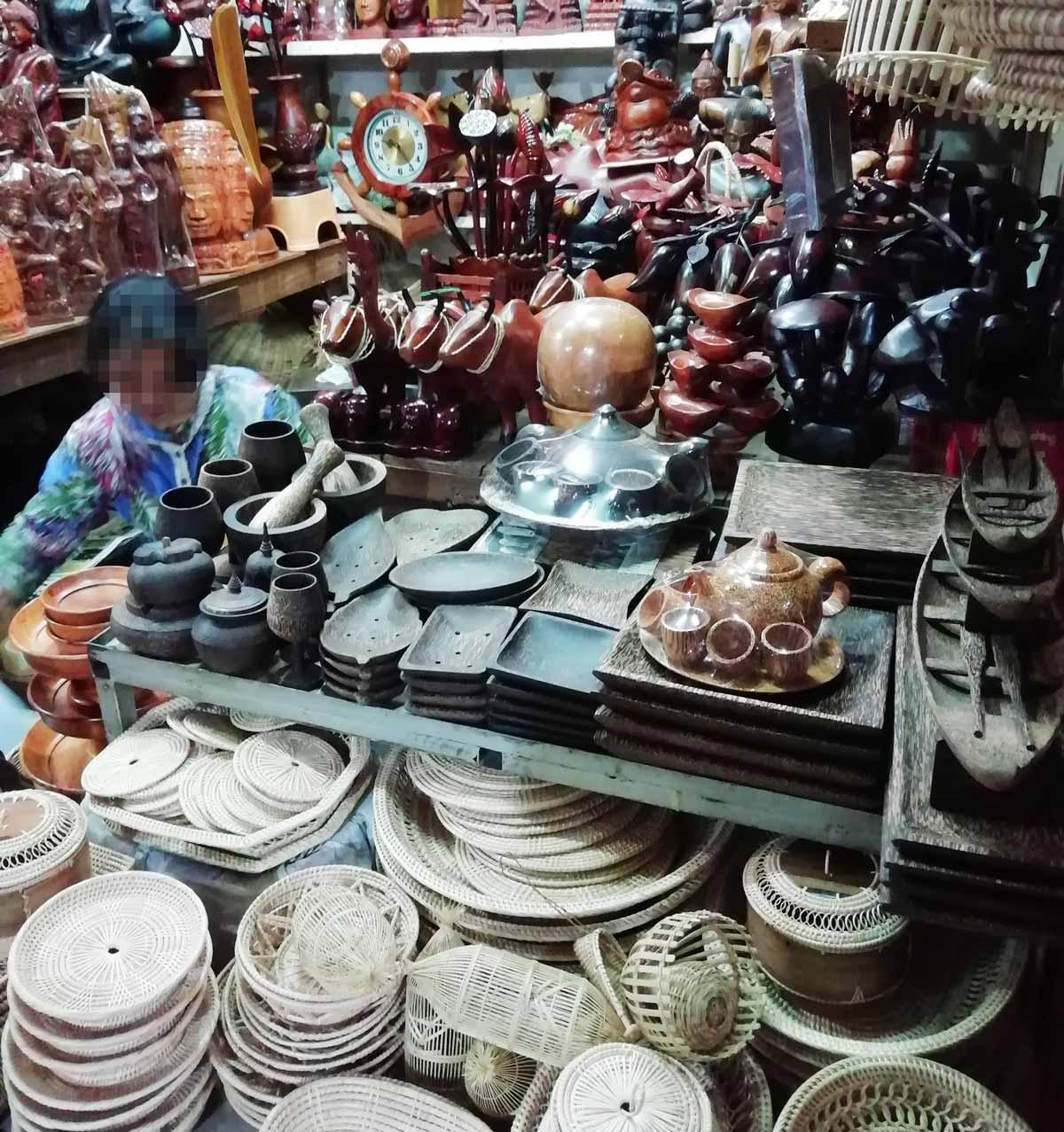 椰子の皿や籐の小物入れ