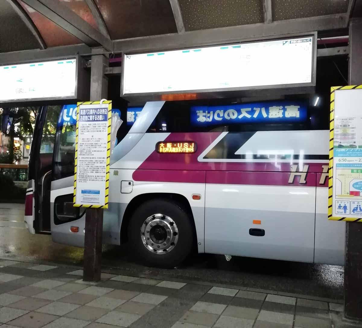 バス停に到着したバス