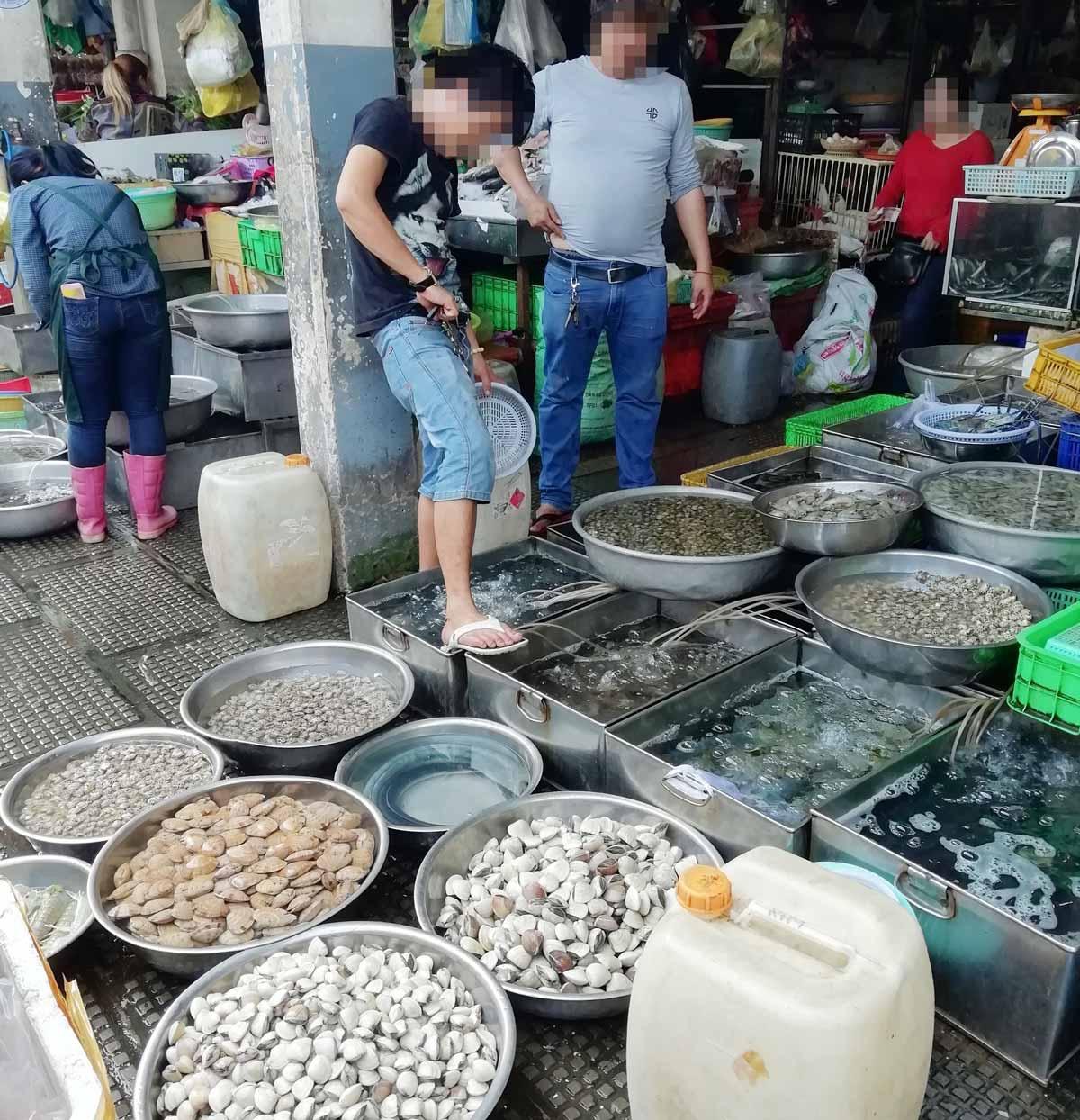 海老や貝、魚の店が並ぶ