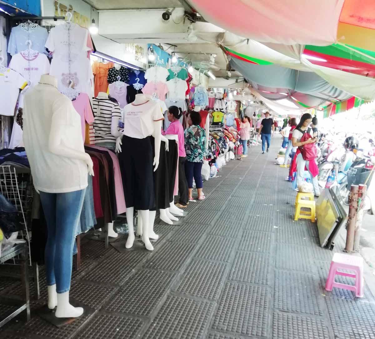 道路に面した服の店