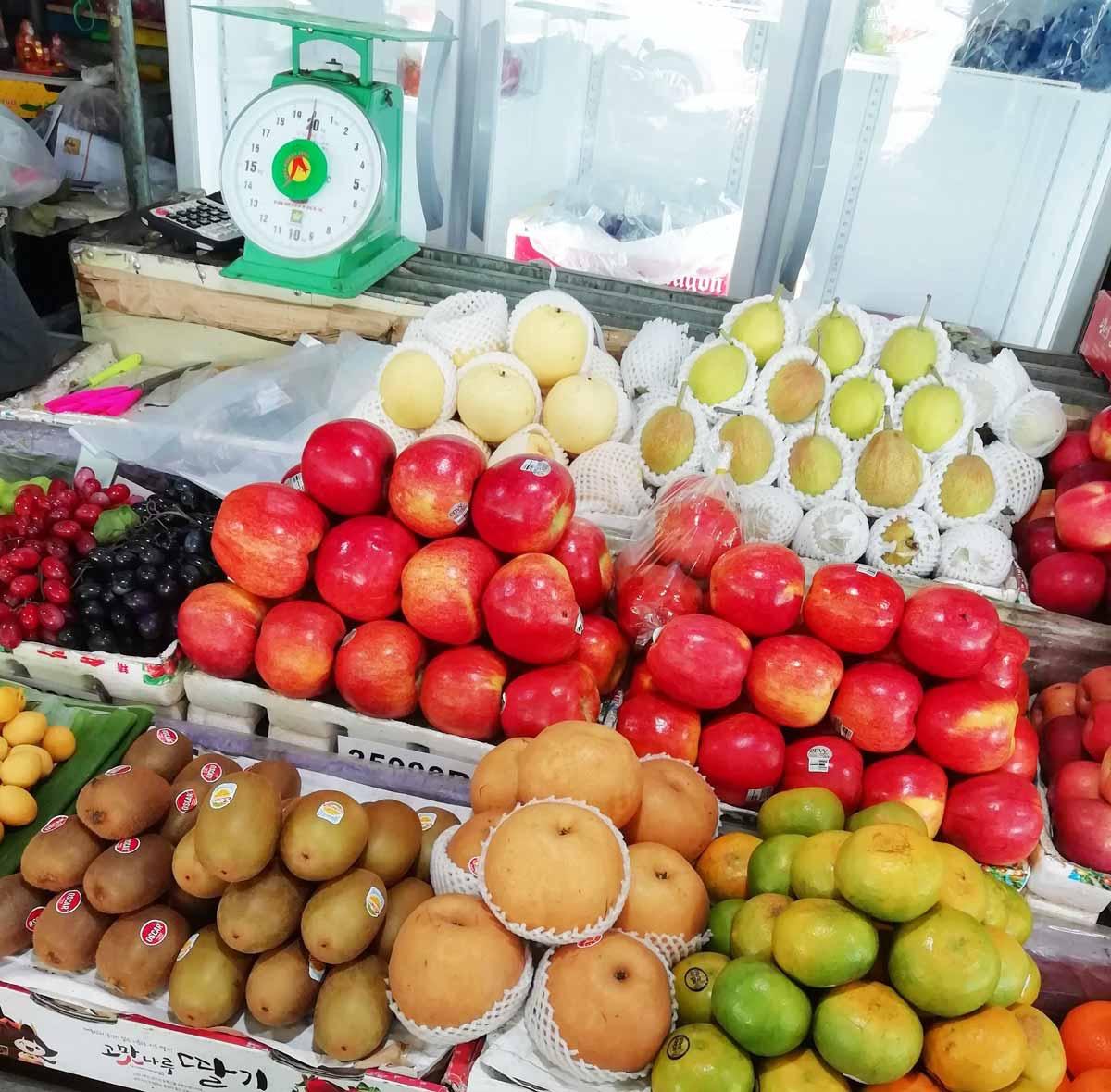 外国のフルーツも並ぶ