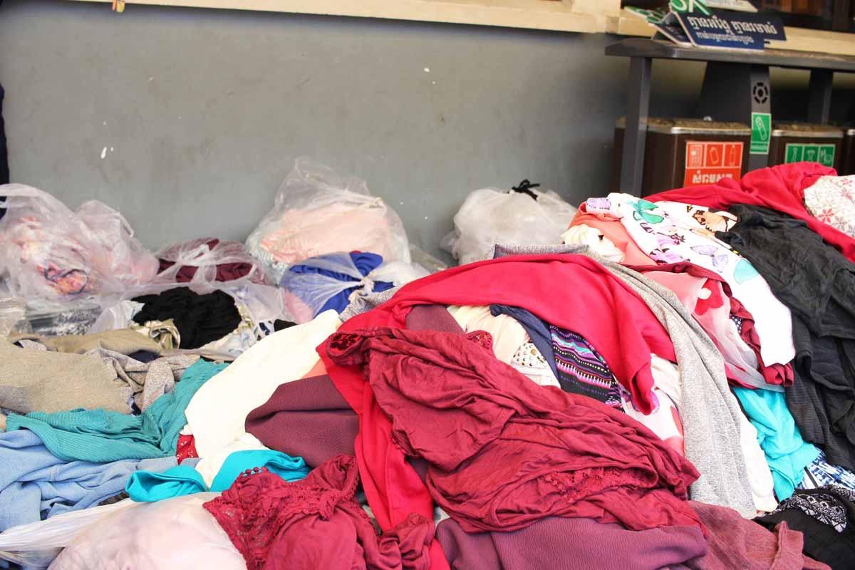 無造作に積み上げられている衣類
