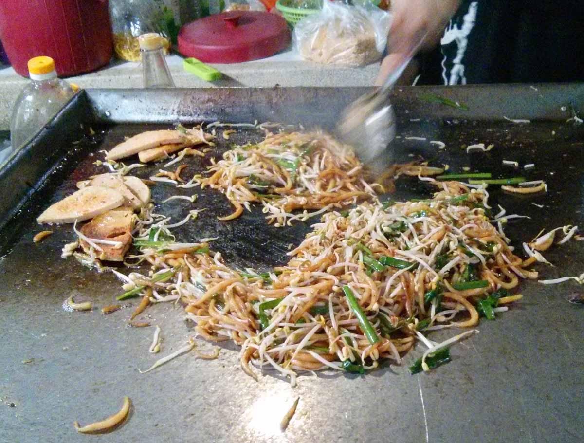 カンボジアの焼きうどん・ローチャー