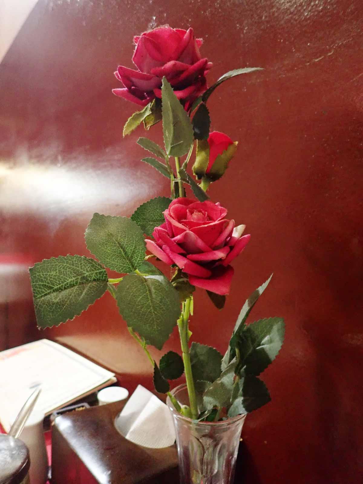 店内に飾られたバラの花